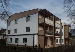Die Fassade aus Putz und Holzelementen passt sicher perfekt in die Umgebung ein.